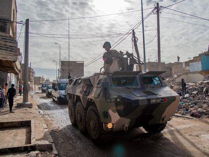 Un vehículo militar da instrucciones a los habitantes de Casablanca para que permanezcan en sus casas, este sábado 21 de marzo.