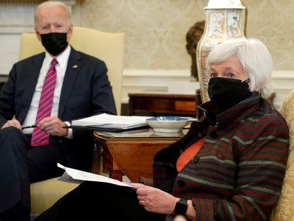 Janet Yellen, secretaria del Tesoro de Estados Unidos, junto al presidente Joe Biden, el 29 de enero en la Casa Blanca.