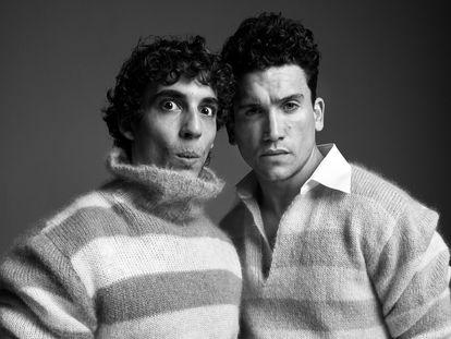 Miguel Herrán (izquierda) y Jaime Lorente visten de Fendi.
