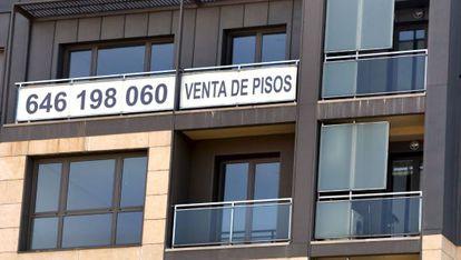 Un cartel de venta de pisos a la venta.