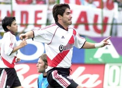 Juan Pablo Ángel, con Saviola en segundo plano, celebra un gol de River ante Almagro.