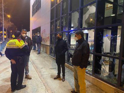 La comisaría atacada en Vic, que visitaron el consejero Miquel Sàmper, el mayor Josep Lluís Trapero y la alcaldesa Anna Erra.