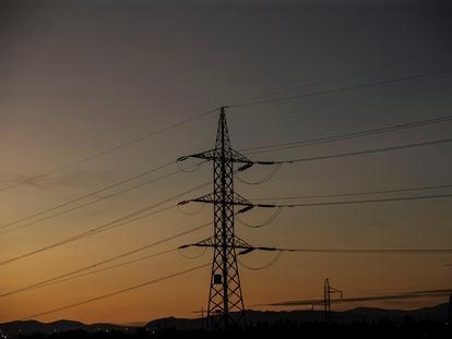 Tendidos eléctricos, cerca de una subestación en la zona norte de Madrid.
