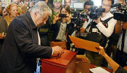 José Mujica, desposita su voto, este domingo.