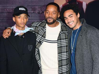HOLLYWOOD, CALIFORNIA - JANUARY 14: (L-R) Will Smith, en el centro, con dos de sus tres hijos, Jaden (izquierda) y Trey en un estreno en Hollywood el pasado 14 de enero.