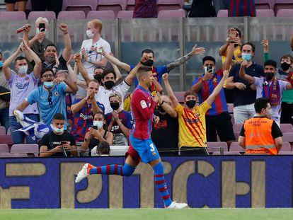Gerard Piqué celebra el gol con el que abrió el marcador del partido contra la Real Sociedad.