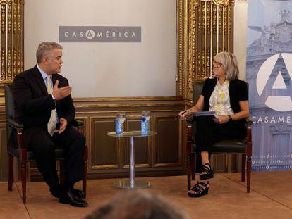 El presidente de Colombia, Iván Duque, entrevistado por la presidenta de la Agencia Efe, Gabriela Cañas, en Casa de América este viernes en Madrid.