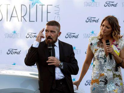 El actor Antonio Banderas y la presentadora María Casado momentos antes de la gala benéfica de Starlite.