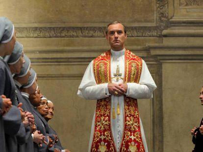 Jude Law, como el papa Pío XIII en un episodio de 'The Young Pope'. En vídeo, tráiler de 'The Young Pope'.