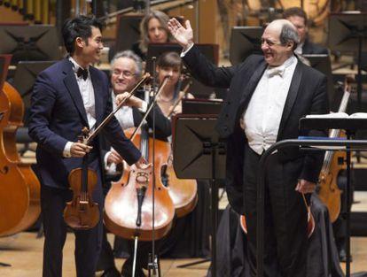 El violinista Ray Chen y el director Robert Spano, durante el concierto.