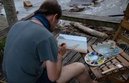 El artista colombiano Alberto Baraya en Acandí, Urabá.