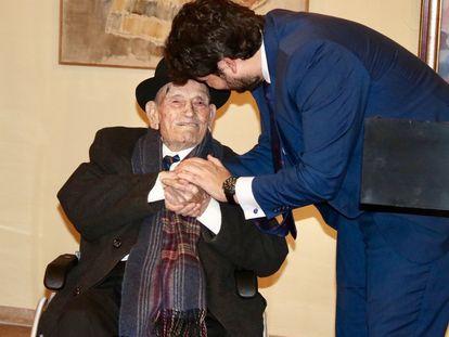 El trovero Juan Tudela Piernas, 'El tío Juan Rita' junto al presidente de Murcia, Fernando López Miras.