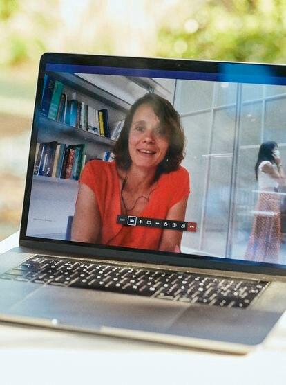 Helena Peñas entra por videoconferencia desde la oficina de Norvento, empresa de energías renovables de Lugo en la que trabaja.