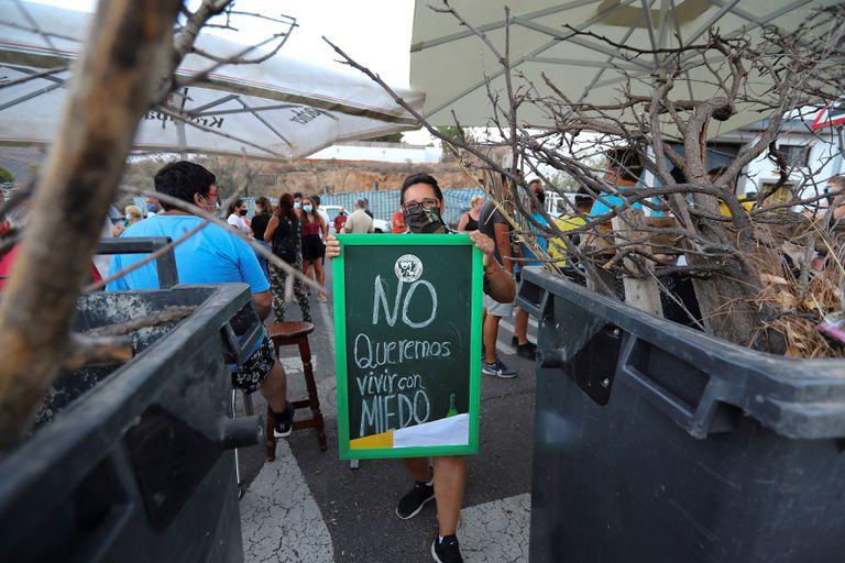 Un grupo de vecinos de Tunte, la capital del municipio de San Bartolomé de Tirajana (Gran Canaria), montó barricadas este miércoles en protesta el desalojo de medio centenar migrantes que vivía desde finales del año pasado en un albergue en el pueblo para acomodar allí a otro grupo de migrantes que debe guardar cuarentena.