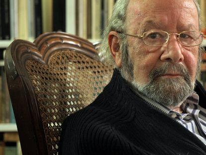 Caballero Bonald, posa en su residencia de Madrid, en 2008.