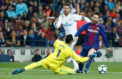 Messi trata de sortear a Keylor Navas.