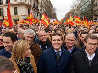 El presidente de la Xunta de Galicia, Alberto Nuñez Feijóo, a la izquierda de la imagen, junto al presidente del PP, Pablo Casado, en la manifestación de febrero de de 2019 en la plaza de Colón de Madrid.