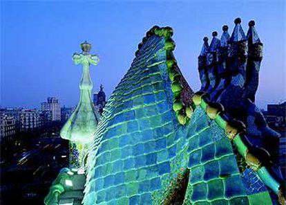 Un icono típico de Gaudí, el dragón, recorre el tejado de la Casa Batlló, en Barcelona, ejemplo depurado del arte modernista.