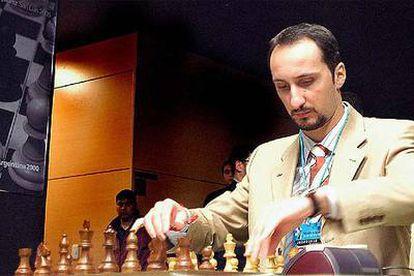 El ajedrecista búlgaro Veselin Topálov se dispone a mover la primera pieza en una partida del Campeonato del Mundo disputado en Argentina el pasado octubre.