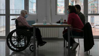 Una visita a un residente en la residencia de ancianos Bertrán i Oriola del barrio de la Barceloneta.
