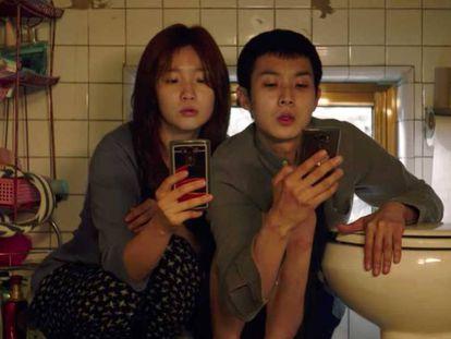 En foto, un fotograma de la película surcoreana 'Parásitos'. En vídeo, trailer de 'Parásitos'.