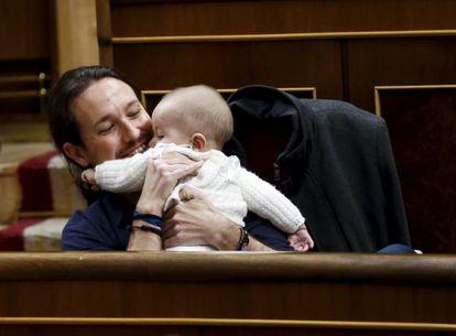 Pablo Iglesias con el bebé de Carolina Bescansa.