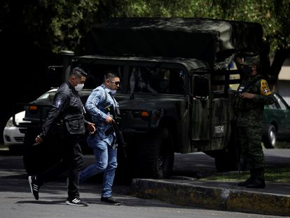 Agentes de la policía investigan la escena del intento de asesinato del jefe de la policía de Ciudad de México, Omar Garcia Harfuch, cometido presuntamente por el CJNG el pasado junio.