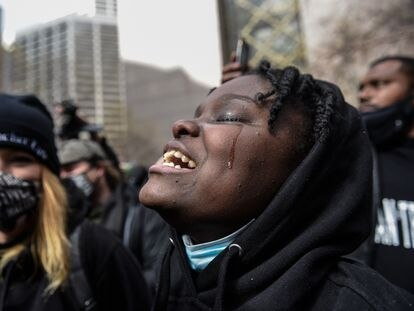 Una mujer rompe a llorar después de que Derek Chauvin haya sido declarado culpable de los tres cargos este martes en Minneapolis.