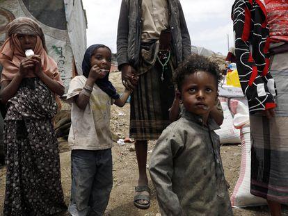 Niños yemeníes en un campo de desplazados de las afueras de la capital, Sanaa, el 7 de agosto de 2021.