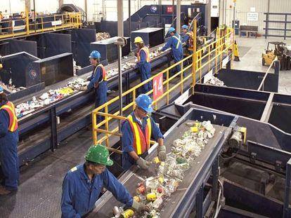 Empleados en la línea de reciclaje de residuos.