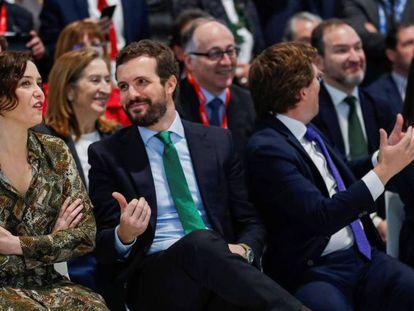La presidenta de la Comunidad de Madrid, Isabel Díaz Ayuso (i), el alcalde de Madrid, José Luis Martínez-Almeida (2d), el presidente del PP Pablo Casado (2i), y la vicealcaldesa de Madrid Begoña Villacís, participan en la celebración del Día de Madrid. En vídeo, Ayuso critica al Gobierno central.
