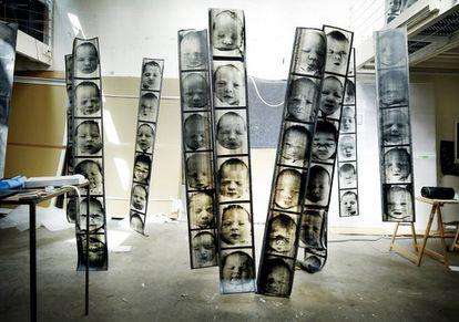 Positivados de gran formato de la serie 'Chance' en el taller de Christian Boltanski.