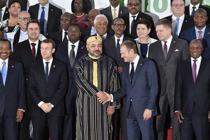 En el centro, el rey de Marruecos, Mohamed VI, estrecha la mano del presidente del Consejo Europeo Donald Tusk en 2017 en Abiyán (Costa de Marfil).