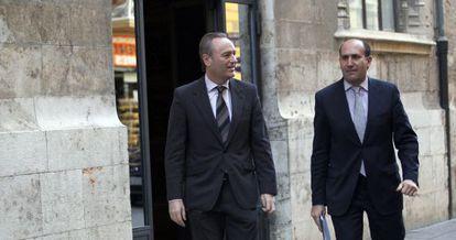 El presidente del Consell, Alberto Fabra, y el ya exconsejero de Economía, Enrique Verdeguer, este viernes ante el Palau de la Generalitat.