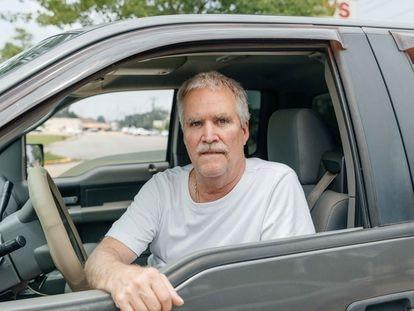 Scott Dowell, empleado de una fábrica de equipos de protección de Baton Rouge, de 60 años, en su vehículo.