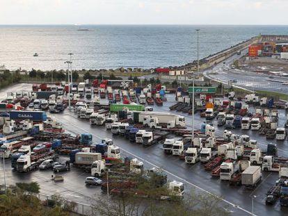 Decenas de camiones permanecen parados en el Puerto de Bilbao con motivo de la huelga indefinida el lunes pasado.