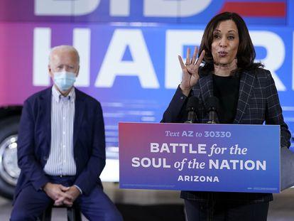 Joe Biden y Kamala Harris, frente a un autobús de la campaña, en Arizona.