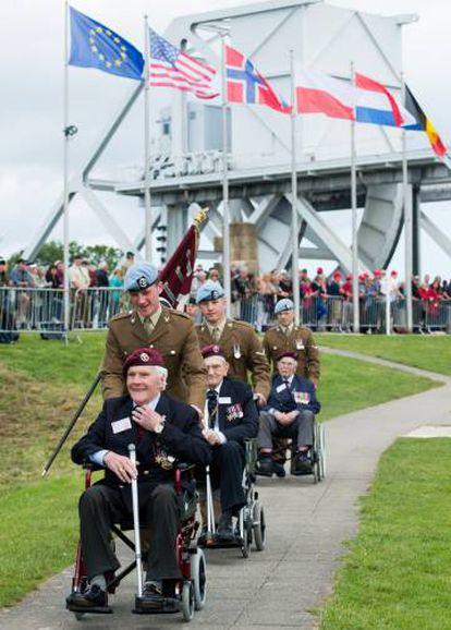 Veteranos de guerra visitan el puente Pegasus, durante la conmemoración del Día D, el 5 de junio de 2014, en Ranville (France).