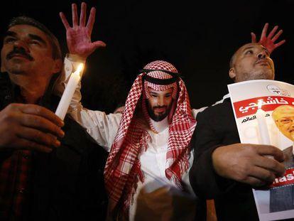 Tres participantes, uno de ellos con un disfraz del príncipe heredero saudí y las manos ensangrentadas, en la vigilia por Khashoggi realizada junto al consulado saudí en Estambul el pasado jueves.