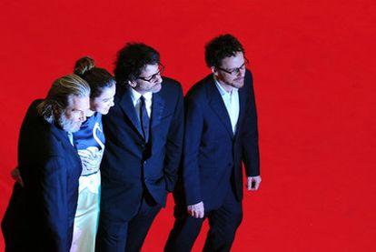 De izquierda a derecha, Jeff Bridges, Hailee Steinfeld, Joel Coen y Ethan Coen, sobre la alfombra roja de la Berlinale<i>.</i>