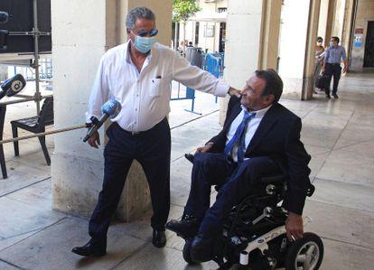 El empresario Enrique Ortiz (izquierda), acompañado por su abogado, a su llegada a la Audiencia de Alicante donde se retoma el juicio por el presunto amaño del Plan Urbanístico de la capital alicantina.