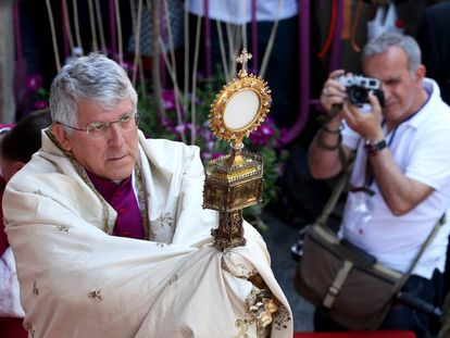 El arzobispo de Toledo, Braulio Rodríguez, en la procesión de la festividad del Corpus Christi en Toledo en 2015.