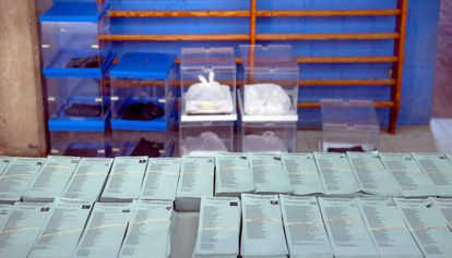 Papeletas y urnas preparadas para las elecciones de este domingo.