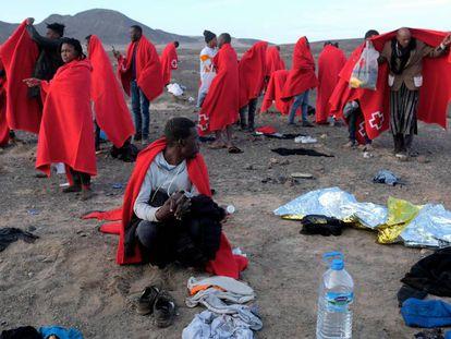 Migrantes llegados en patera el pasado 27 de diciembre al municipio de Pájara, en el sur de Fuerteventura.