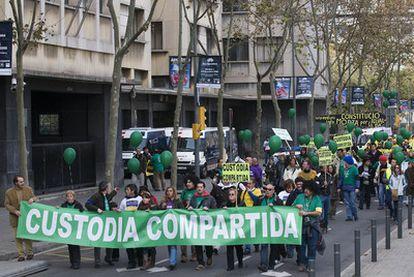 Manifestantes en Barcelona, el 30 de noviembre de 2008, pidiendo la custodia compartida.