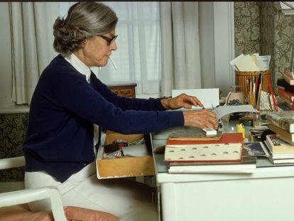 La escritora Mary McCarthy (1912-1989) en el escritorio de su casa en Castine, en el Estado de Maine, en los ochenta.