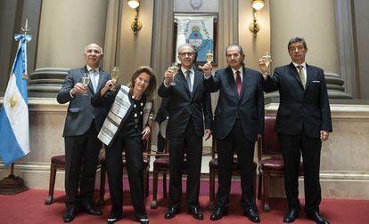 Los jueces de la Corte Suprema de Argentina Ricardo Lorenzetti (izquierda), Elena Highton de Nolasco (recién renunciada), Carlos Rosenkrantz, Juan Carlos Maqueda y Horacio Rosatti, recién elegido presidente.