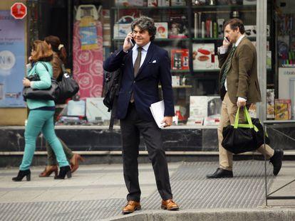 """EL PAÍS es testigo de la primera cita del equipo de campaña de Rajoy para definir su tono más """"cercano y serio"""" en busca de un voto transversal que valore su experiencia. En la imagen, Jorge Moragas, jefe de la campaña electoral del PP en las inmediaciones de la sede de Génova el pasado 5 de mayo."""