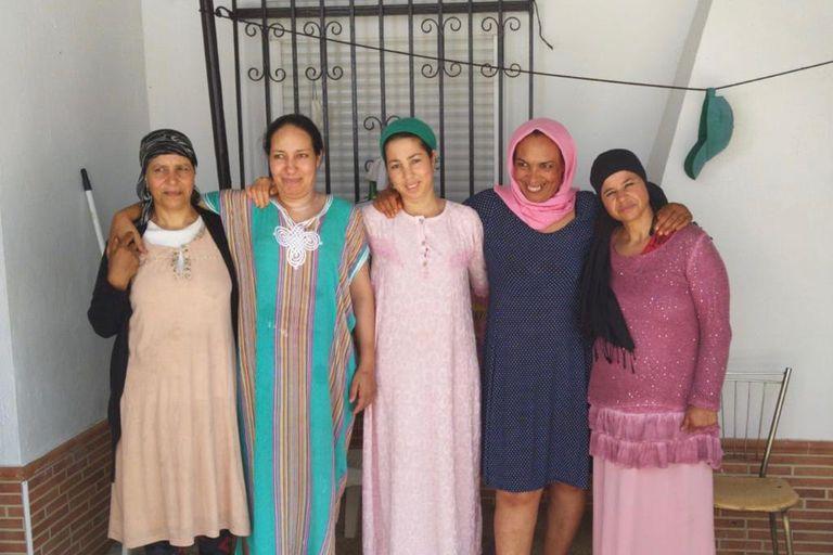 Fatna, Saidia, Najiya y otras dos compañeras temporeras marroquíes frente a la casa en la que viven en la provincia de Huelva.