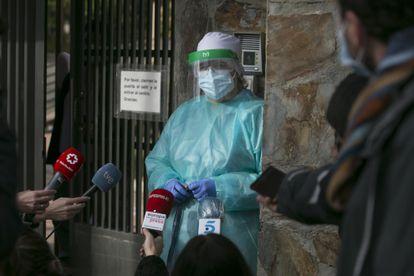 La directora de la residencia Vigor, Mónica Antón, atiende este viernes por la tarde a la prensa en la puerta del centro, pocas horas después de que la Comunidad de Madrid revelara el brote mortal por covid-19.